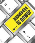 La connaissance est le bouton d'alimentation sur la touche de clavier d'ordinateur — Photo