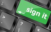 署名またはコンピューターのキーボード上のキーの概念をログイン — ストック写真