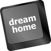 Teclado de computador com chave para casa de sonho - fundo de tecnologia — Foto Stock
