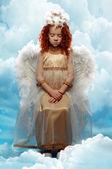 Kleines Mädchen, gekleidet wie ein Engel — Stockfoto