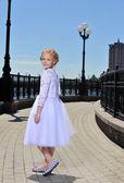 Sokaktaki küçük kız — Stok fotoğraf