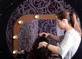 Kız makyaj yapıyor — Stok fotoğraf