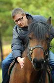 молодой человек на лошади — Стоковое фото