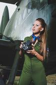 Schöne junge frau mit einer kamera — Stockfoto