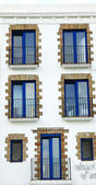 Vorderseite der Balkone und blaue Fenster — Stockfoto