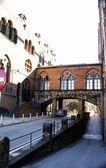 Callejón con puente del complejo hispitalario de Sant Pau — Zdjęcie stockowe