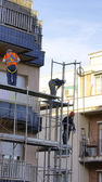Men working on a scaffold — Stock Photo