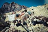 Ropa de turismo secado sobre una cuerda y piedras — Foto de Stock