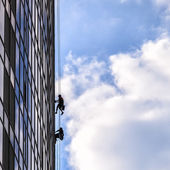 Builders of the tallest building in Kiev on high-altitude works — Stockfoto