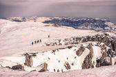 Turistler karlı dağlarda — Stok fotoğraf