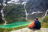 Couple in embrace of the Norwegian mountains — Stock Photo