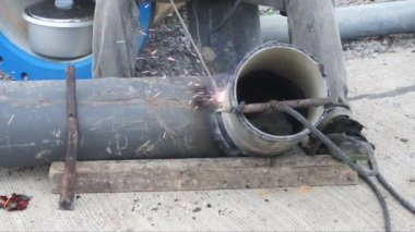 Welder uses torch for welding pipe metal on site. — Stock Video