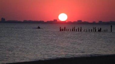 在日落时骑在海中的水滑板车 — 图库视频影像
