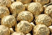 Choklad godis i gyllene folie — Stockfoto