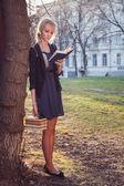 Chica con libros — Foto de Stock
