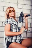 Mulher segurando uma broca — Foto Stock