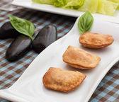 Deep fried patties indian style samosas with salad — Stock Photo