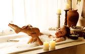Kvinna med bad — Stockfoto