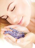 красивая девушка запах лаванды цветы — Стоковое фото
