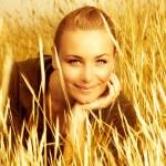 Girl on wheat field — Stock Photo