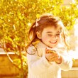 Happy little girl in autumn park — Stockfoto