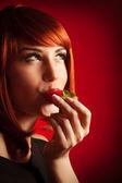 性感的夫人咬草莓 — 图库照片