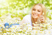 Woman on daisy field — Stockfoto