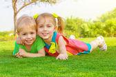 Två små barn i park — Stockfoto