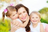 Matka z dwójką dzieci — Zdjęcie stockowe