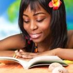 donna africana sulla spiaggia — Foto Stock