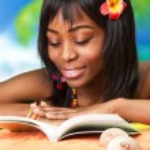 mujer africana en la playa — Foto de Stock