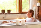 Banho de mulher tendo — Foto Stock