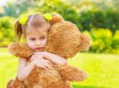 Chica triste con oso de peluche — Foto de Stock