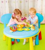Lindos chicos hacen huevos pintados — Foto de Stock