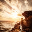 Traveler girl on the cliff — Stock Photo