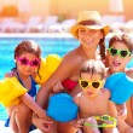 Счастливая семья в бассейне — Стоковое фото