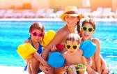 Gelukkige familie aan het zwembad — Stockfoto