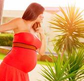 Dziewczyny w ciąży na podwórku — Zdjęcie stockowe