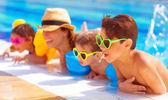 Familia feliz en la piscina — Foto de Stock