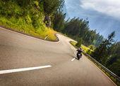 Motociclista em montanhas austríacas — Fotografia Stock