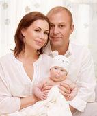 Parents avec bébé à la maison — Photo