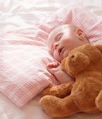 Małe dziecko śpi — Zdjęcie stockowe