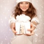 Santa girl offers gift box — Stock Photo