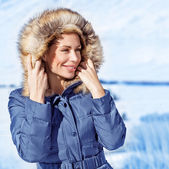 Stylish woman in winter park — Stock Photo