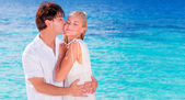 Feliz pareja besándose en la playa — Foto de Stock