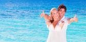 Cheerful couple enjoying beach vacation — Stock fotografie