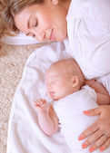 Newborn child sleeping with mom — Stock Photo