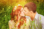 Kissing outdoors — Stockfoto