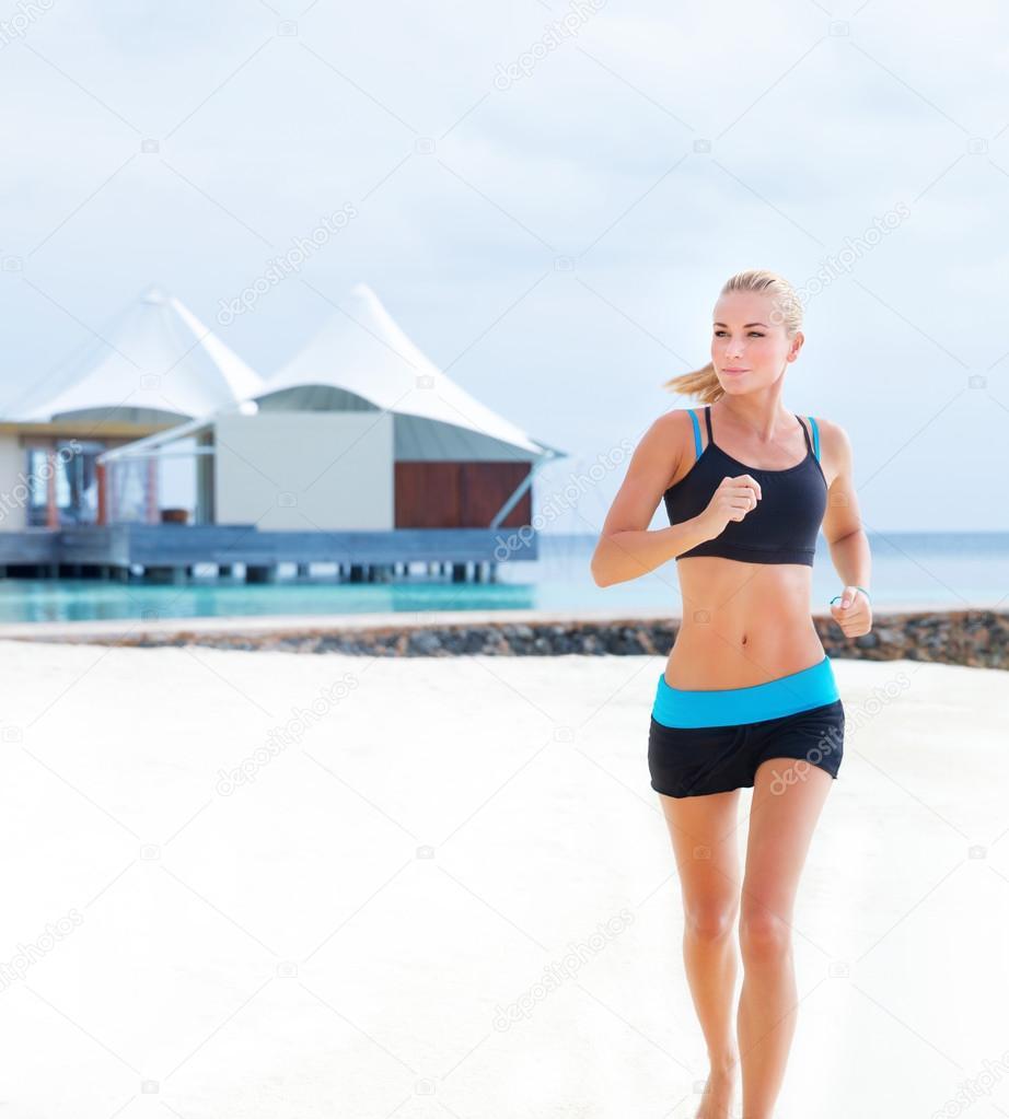 Фото девушки фитнес на пляже 11 фотография