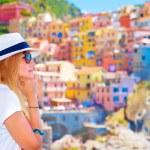 Traveler girl enjoying colorful cityscape — Stockfoto
